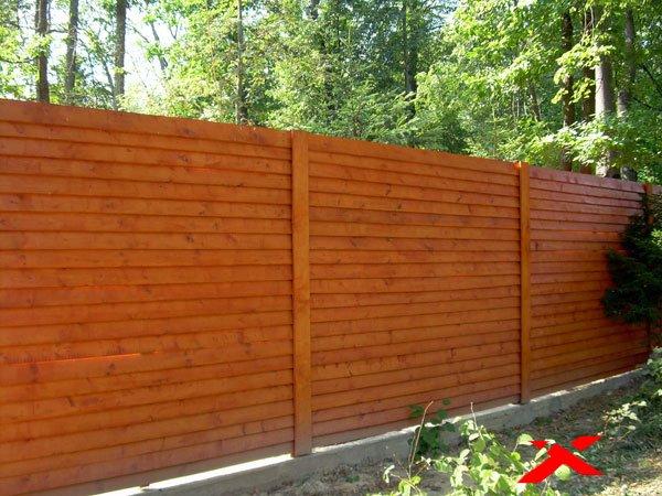 Что выбрать: металлический или деревянный забор?