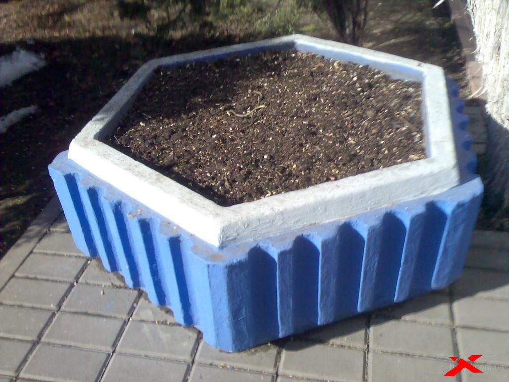 Использование бетонных цветочниц