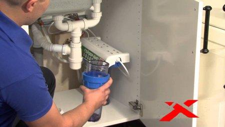 Замена картриджа в фильтре очистки воды.