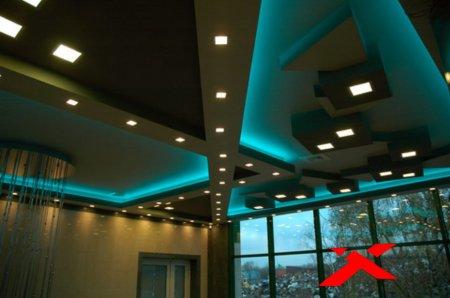 Темный глянцевый потолок и подсветка
