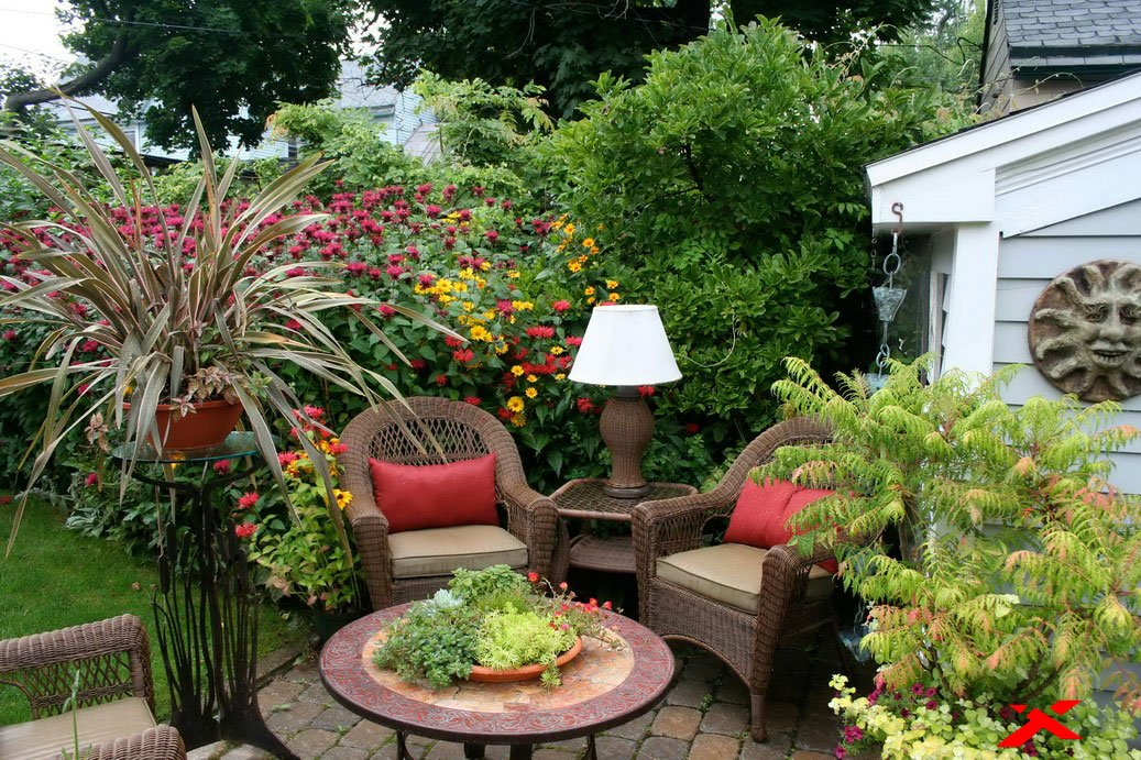 Ротанговая мебель в саду