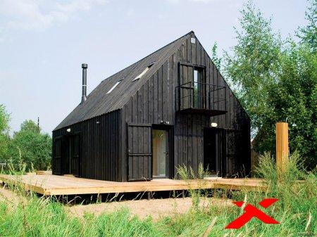 Жилой коттеджный домик в лесу