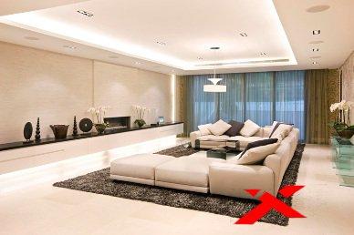 Большой белый диван в зале