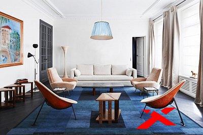 Голубой ковер и стильные стулья в зале