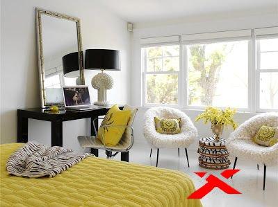 Желтые подушки и ткань в спальне