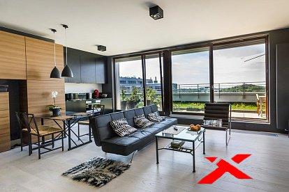 панорамные окна в зале и красивейший диван
